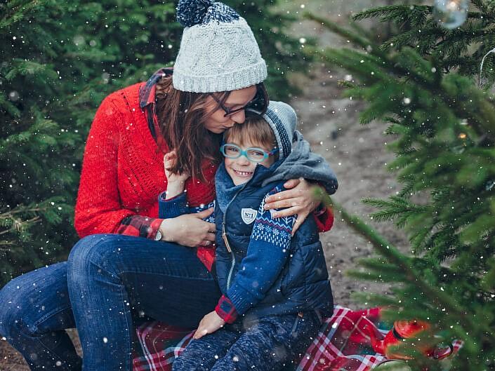 Sesja świąteczna pośród choinek