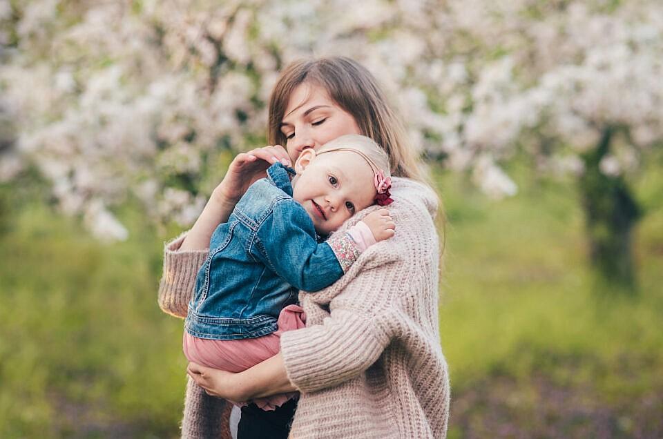 Wiosenna sesja rodzinna w kwitnącym sadzie pod Warszawą