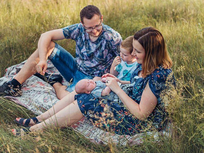 Sesja rodzinna na łące