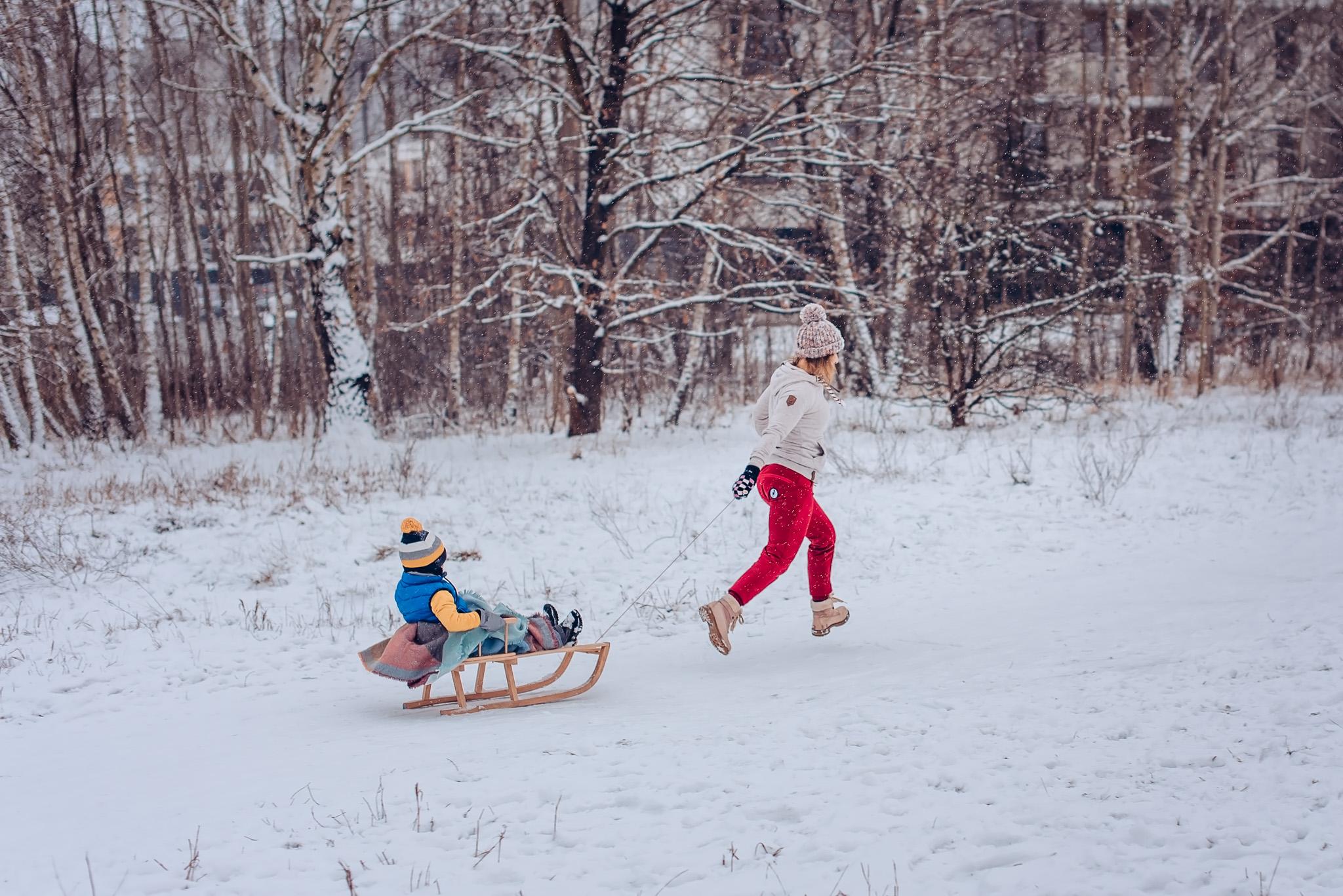 zimowa sesja rodzinna z sankami warszawa wilanow