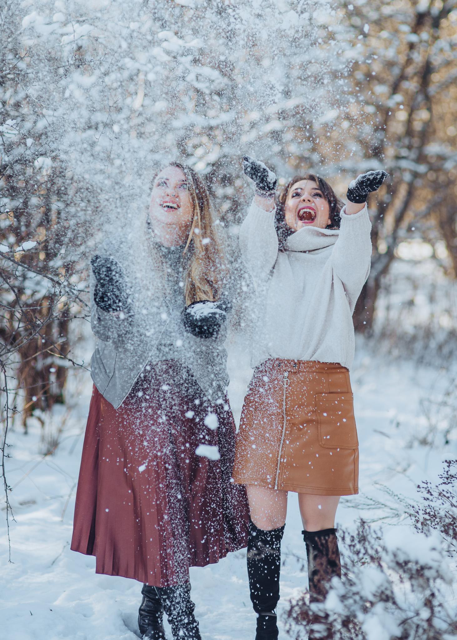 zimowa radosna sesja przyjaciółek w plenerze w śniegu warszawa piaseczno konstancin wilanow