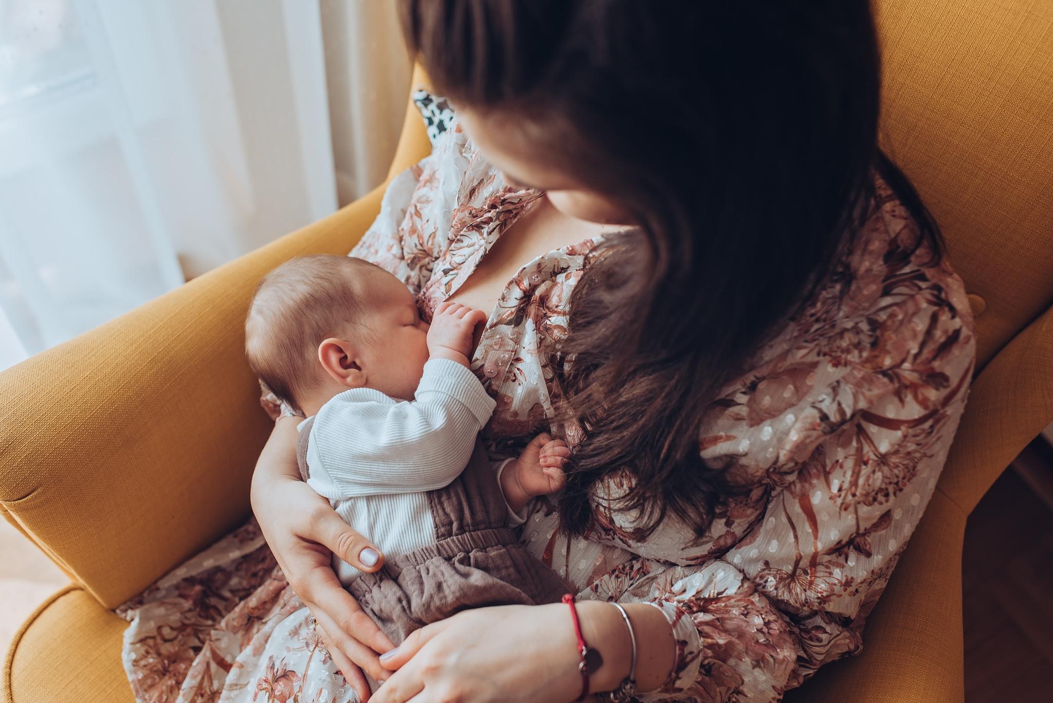 domowa sesja noworodkowa karmienie piersią warszawa konstancin