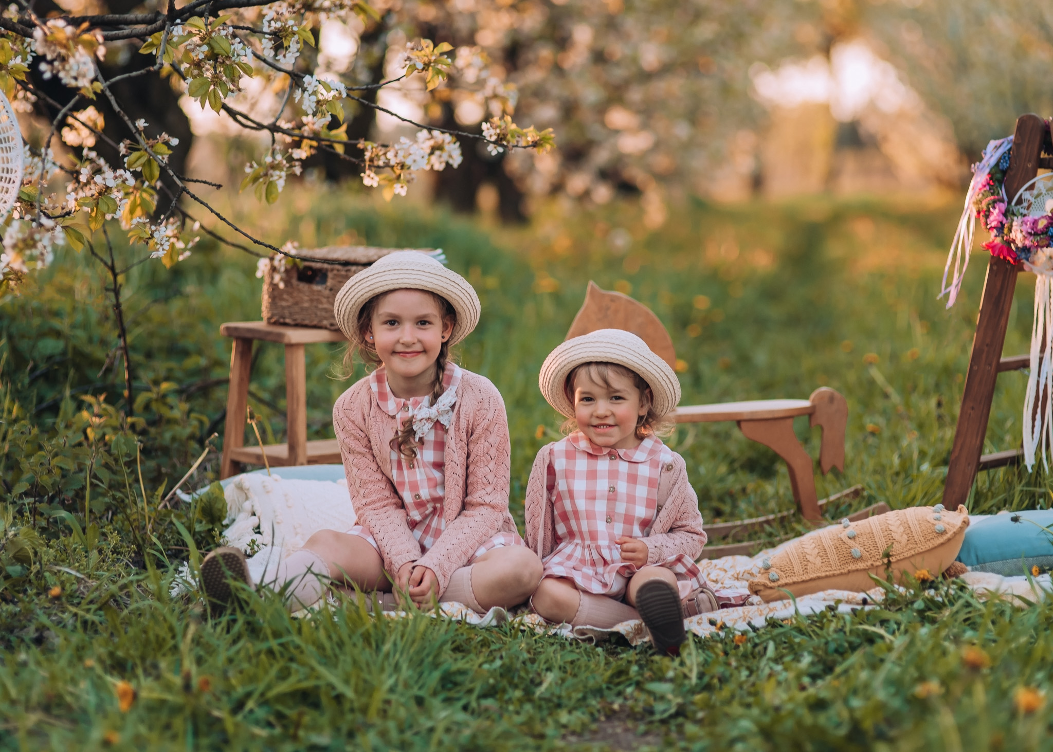 wiosenna sesja rodzinna i ciążowa w kwitnącym sadzie pod warszawą fotografia tarczyn