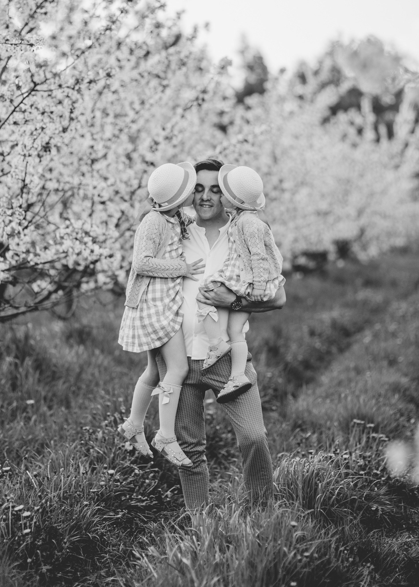 sesja rodzinna w kwitnacym sadzie tarczyn