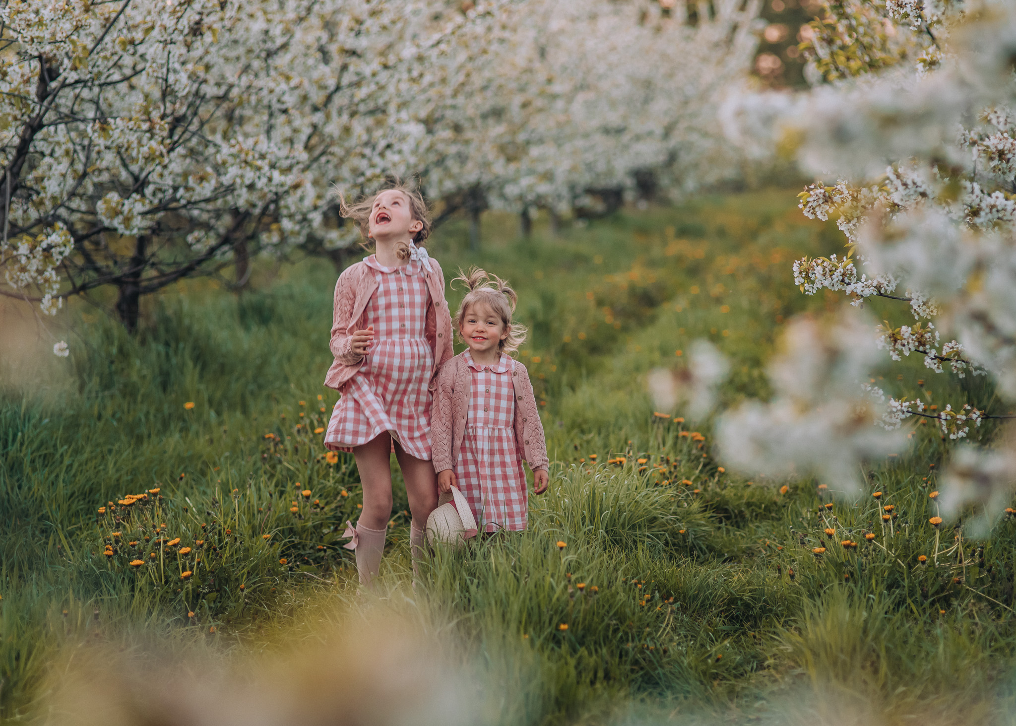 sesja dziecieca w kwitnacym sadzie warszawa tarczyn wilanow