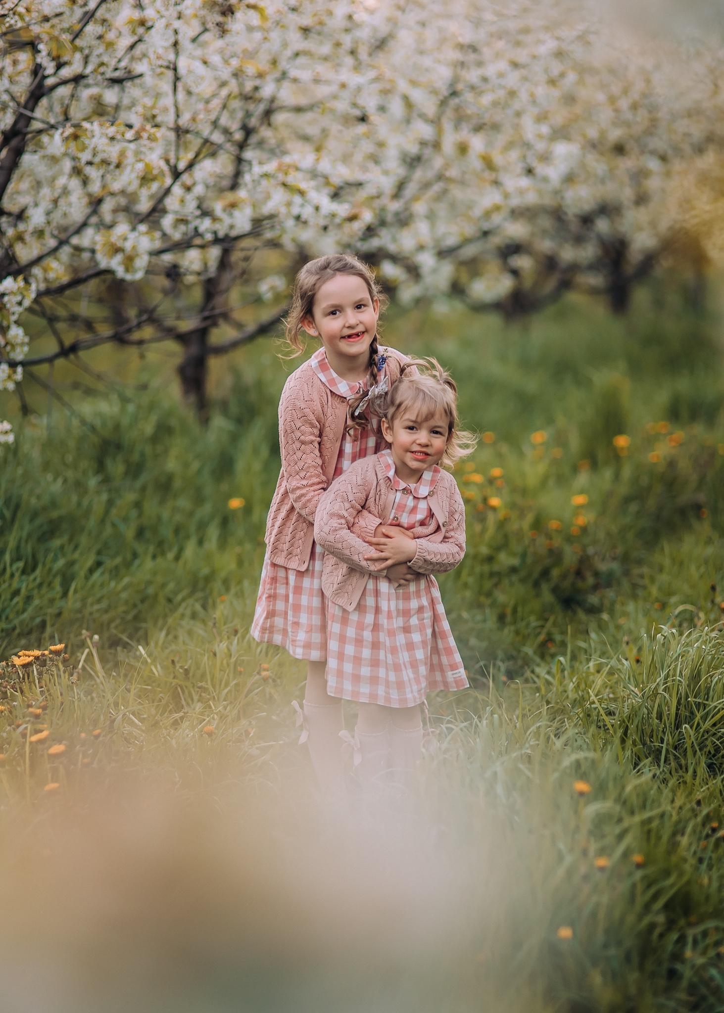 wiosenna sesja dziecięca w sadzie pod warszawa