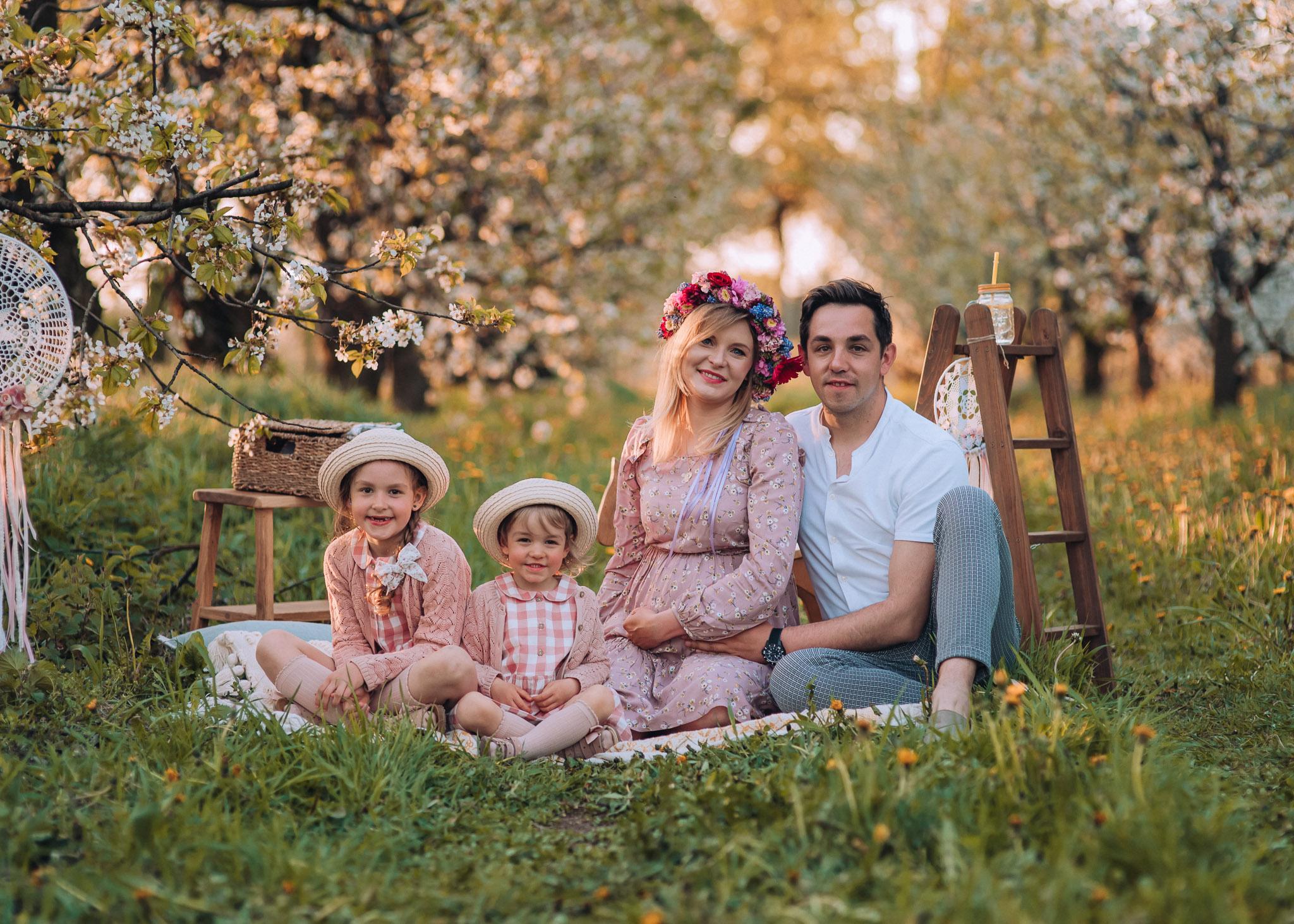 wiosna zdjęcia w plenerze w kwitnącym sadzie warszawa tarczyn konstancin piaseczno