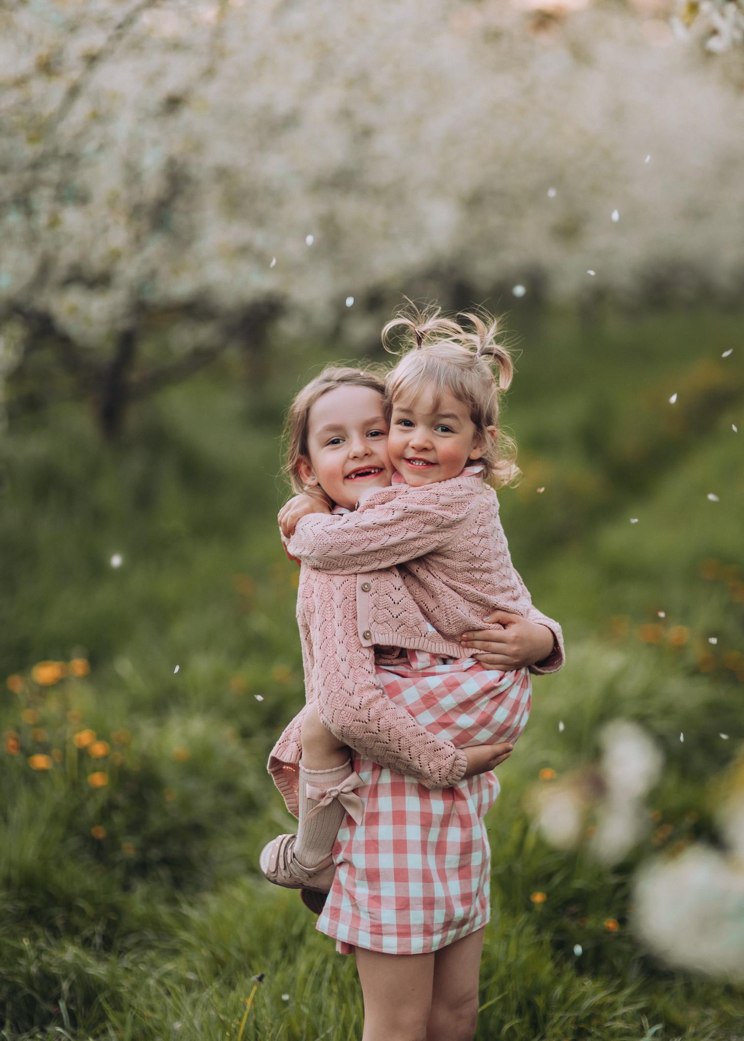 wiosenna sesja rodzinna w kwitnącym sadzie pod warszawa