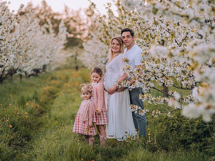 Sesja rodzinna w kwitnącym sadzie