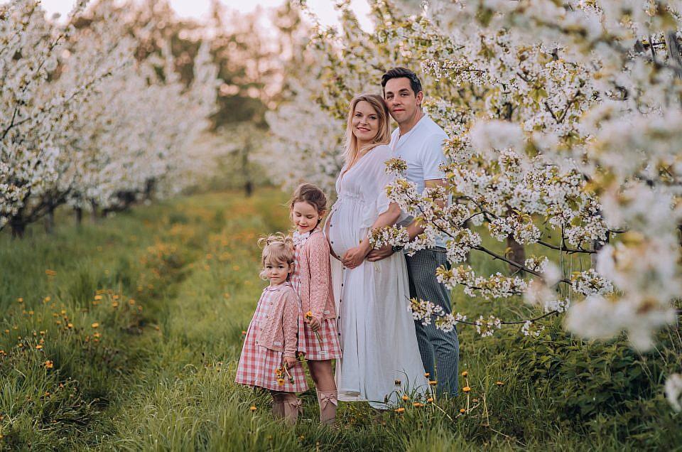 Wiosenna sesja rodzinna i ciążowa w sadzie pod Warszawą