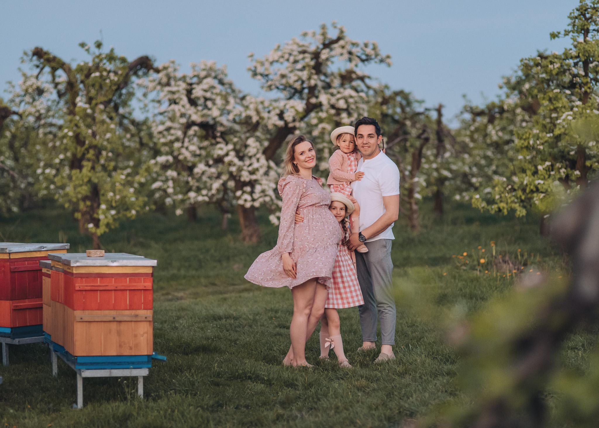 rodzinna sesja w kwitnacym sadzie plener wiosenny warszawa