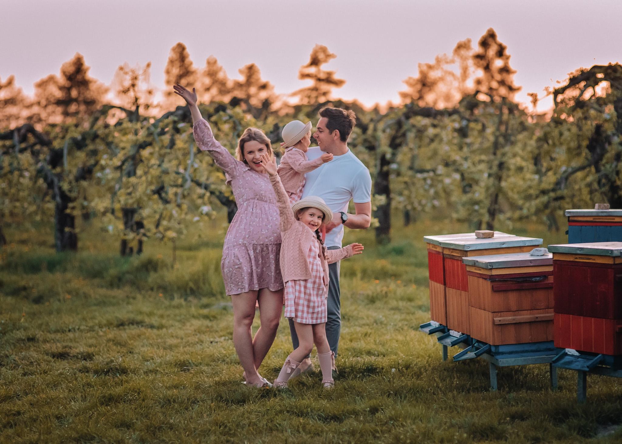 rodzinna sesja w kwitnącym sadzie plener wiosna lesznowola piaseczno tarczyn