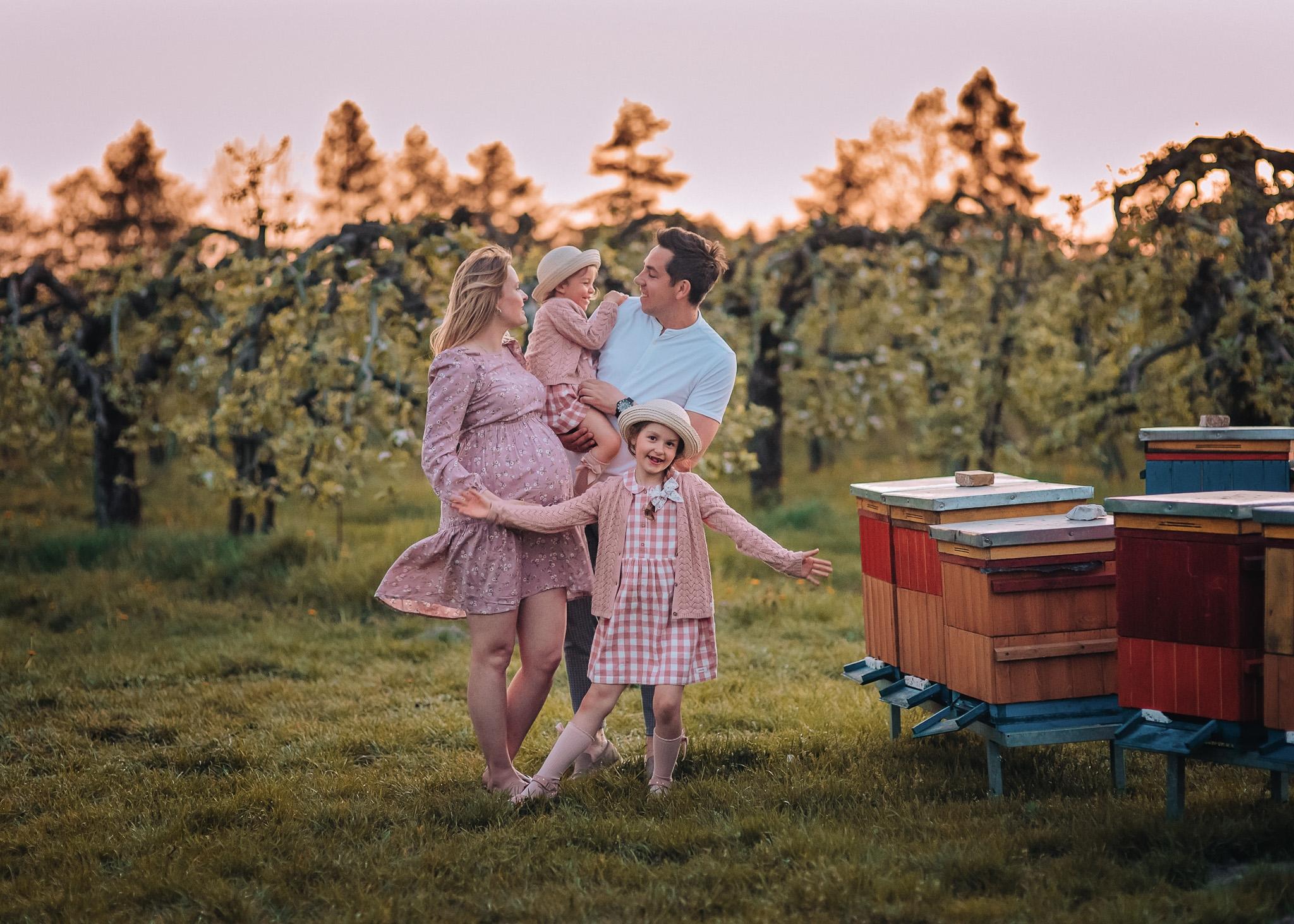 rodzinna sesja w kwitnącym sadzie plener wiosna warszawa lesznowola konstancin